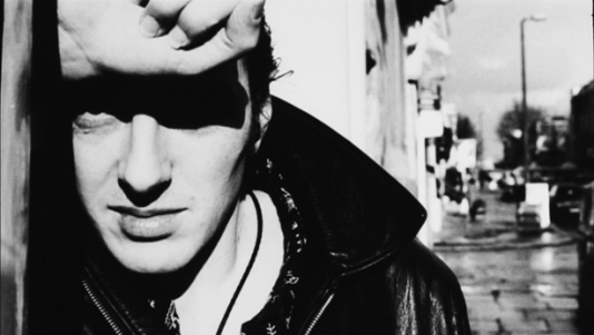 Joe Strummer (The Clash): pronta una compilation di materiale raro ed inedito. Guarda il lyric video di London Is Burning
